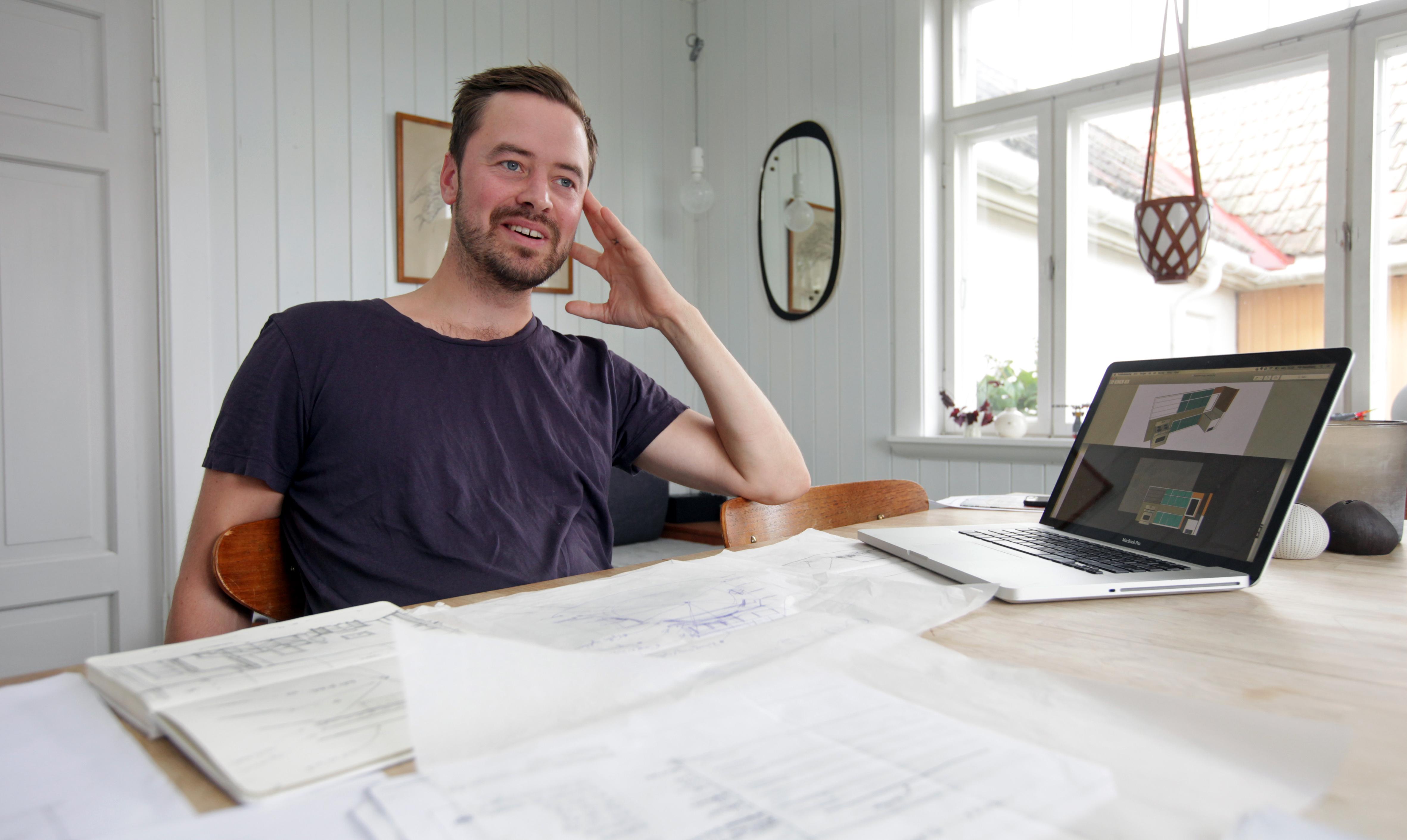 Scenografien til Olsenbanden Jr. på Cirkus går veien fra idé til skisseblokk og videre til datamaskin og arbeidstegninger. Scenograf Pål Dixon Sandberg har ansvaret for prosessen for sjette gang.