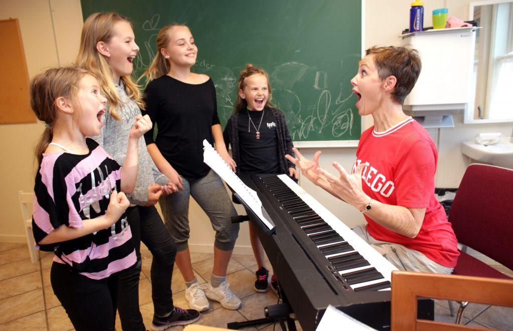 Sanginstruktør Åshild Skiri Refsdal har laget nye, norske tekster til Teaterkråkens egen Loserville. Her i full gang med å øve inn sangene med Silja, Marte Helene, Erle og Marlene.