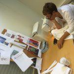 Hvordan gjør vi dette, da? Anne Kristine Holstad ved symaskinen.