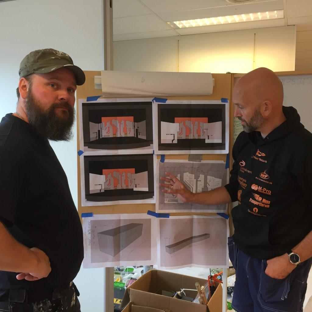 Petter Fosse (t.v.) og Erik Oskar Christensen med tegningene av sceneelementene som er inspirert av innsiden av en datamaskin.