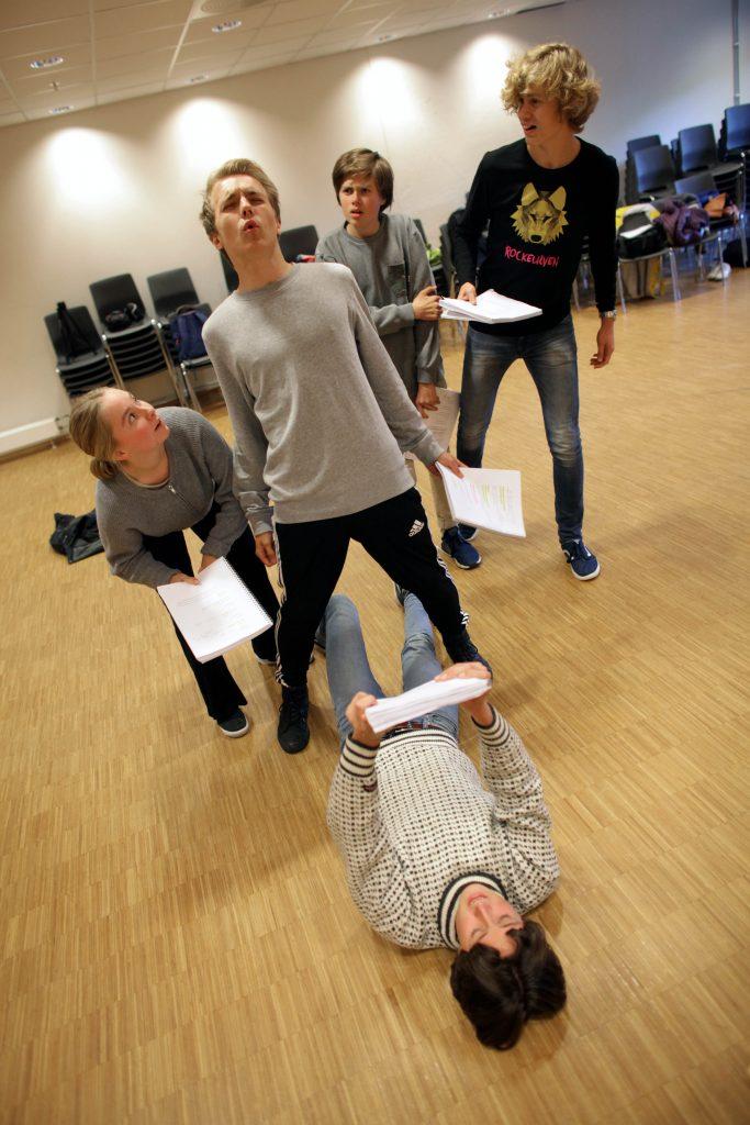 KULE TYPER: Bøllegjengen i et intenst øyeblikk. Fra venstre: Mariell Sørensen, Odin Trolltun, Herman Andreassen og Kyrre Fretheim. Foran ligger Eskil Roos Mangrud.