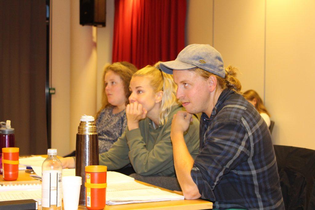 FULLT FOKUS: Regissør Harald Engan og Marita Helen Hansen følger med på alle detaljer når Rockeulven skal finpusset frem til premieren. Bak til venstre Fredrikke Bolin Heiberg, regiassistent.