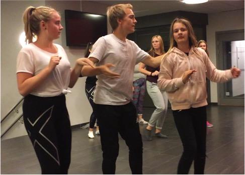 ROCKEULVEN SVINGER SEG: Odin Trolltun byr opp Mari Sommerstad og Marte Helene Fosse til dans.