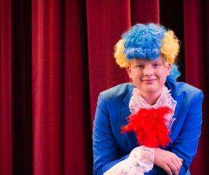 FRESH PAPEGØYE: Hans Ringstad har fått seg et fargerikt kostyme i Rockeulven.